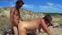Sveltina in spiaggia con la moglie offerta dal cornuto