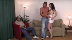 Il vecchio marito cuckold e la giovane mogliettina