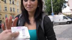 Fidanzata scopa in cambio di denaro